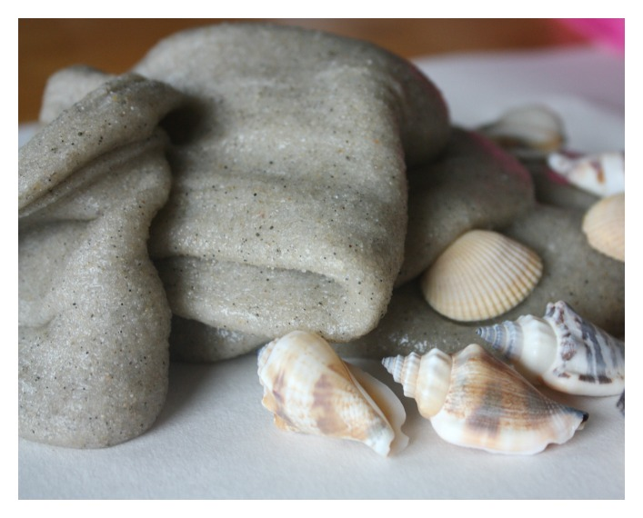 beach-sand-sensory-play-idea-with-seashells